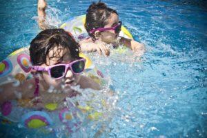 Wie schnell können Sie einem Kind das Schwimmen beibringen